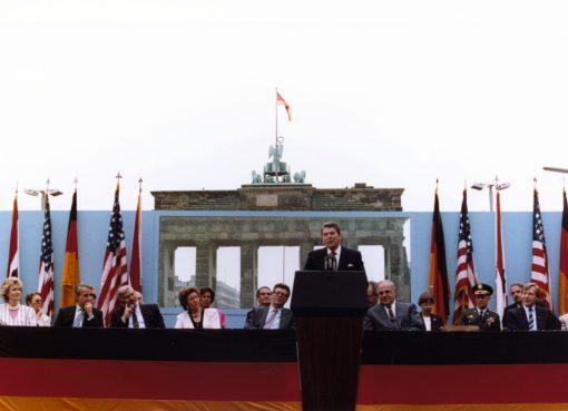 Ronald Reagan ante el Muro de Berlín pronunciando discurso