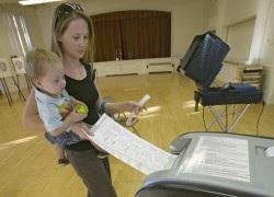 Votante ante las urnas